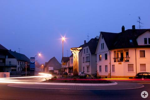 Abendlich beleuchtete Wege-Skultur auf dem Kreisverkehrsplatz. Foto: Florian Seiler