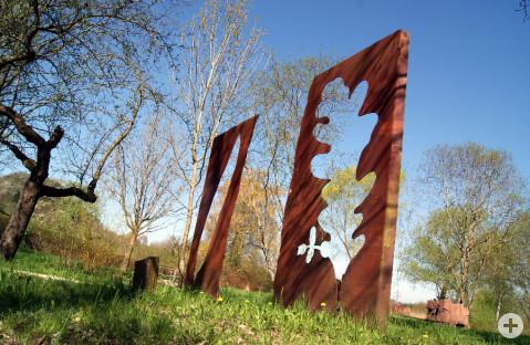 Die Skulptur Tor im Herbst. Foto: Ingrid Klein
