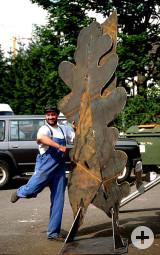 Andreas Roos freut sich über das Gelingen seiner Stahlskulptur.