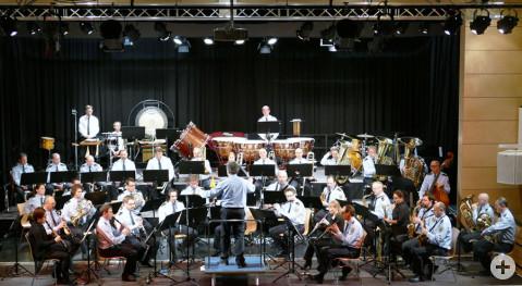 Das Bundespolizeiorchester München auf der Bühne der Talwieshallen in Rielasingen.