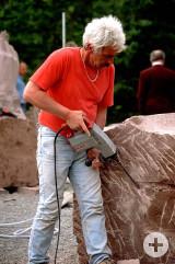 Helmut Pink beim bearbeiten der Wasserskulptur.