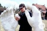 Roberta Mincone bearbeitet eine Hand ihrer Skulptur Berührung.