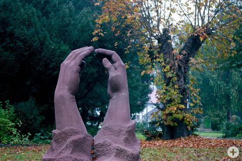 Die Skulptur Berührung von Roberta Mincone an ihrem neuen Standort im Rathauspark. Foto: Florian Seiler