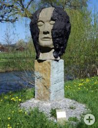 Die Skulptur Kopf von Siegfried Keller an der Aach. Foto: Josef Rebitzer