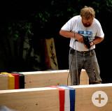 Kurt Grimm beim Aufbau seiner Grenzpfähle.