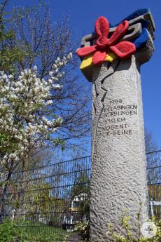 Die Skulptur Partnerschaftslogo im Schulhof der Scheffelschule Rielasingen.