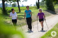 Drei Nordic Walkerinnen auf einem Pfad beim Hardberg Worblingen. Foto: Ulrike Klumpp Fotografie.