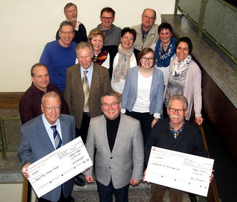Freuen sich gemeinsam über die Unterstützung sozialer Projekte nach der Spendenübergabe im Rathaus.