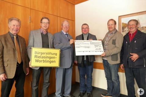 Der Vorstand der Bürgerstiftung freute sich besonders über die Zustiftung von Karlheinz und Oliver Alicke aus Anlass des 50. Geburtstags des Karrosserie- und Lackierunternehmens. swb-Bild: rz