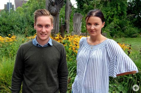 Die neuen Nachwuchskräfte Lelaina Bertram und Lukas Uhler vor dem Rathaus.