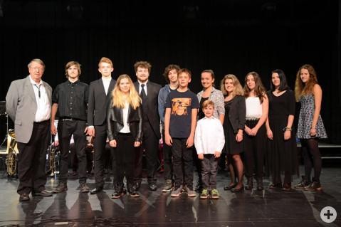 Gruppenbild der beteiligten KünstlerInnen des 1. Konzerts der Talente. Ganz links Egon Graf von der Bürgerstiftung Rielasingen-Worblingen.