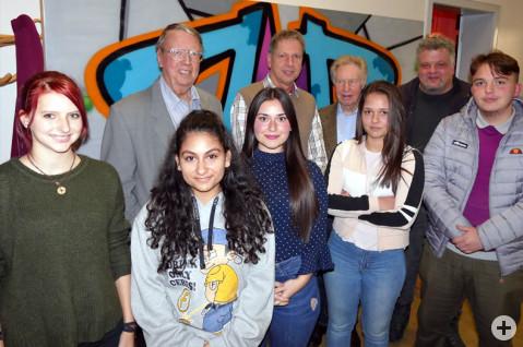 Vorne links nach rechts: Jana Blatter, Antonia Ienco, Olivia Muolo, Larissa Isa, Endrit Bytyqi. Hinten: Egon Graf, Eckhard Pfeiffer, Bernhard Hall (Bürgerstiftung) und Marcus Engesser (Kinder- und Jugendförderteam).