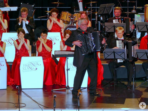 Hans Günther Kölz mit seinem Arkordeon und die Damen und Herren seines Orchesters beim Konzert in der Talwiesen-Festhalle.