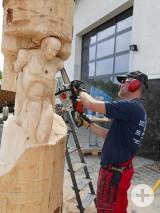 Faszinierend: Alexander Kiefer lässt während der Gewerbeschau in Rielasingen-Worblingen vor den Augen der Besucher ein Kunstwerk entstehen. Bild: Sandra Bossenmaier