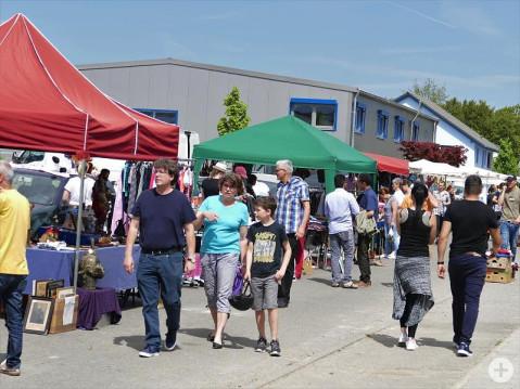 Am Sonntag ist das Interesse der Bevölkerung an der Gewerbeschau in Rielasingen-Worblingen groß. Einer der Anziehungspunkte ist der Flohmarkt im Gewerbegebiet Nord. Bild: Sandra Bossenmaier