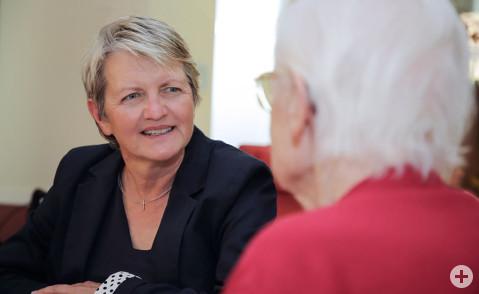 Gisela Meßmer leitet das Pflegezentrum St. Verena in Rielasingen-Worblingen. Die Arbeit mit ihrem Team und der Kontakt mit den Bewohnern macht ihr auch nach 22 Jahren noch immer Freude. Bild: Tesche, Sabine
