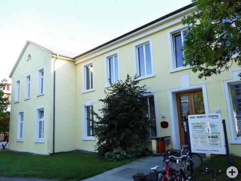 Das Heinrich-Hospital wurde 1889 als Hospital eröffnet. Auch wenn das Krankenhaus zwischenzeitlich geschlossen wurde, ist die Gesundheit darin noch ein Thema. Unter anderem befinden sich dort verschiedene Praxen.