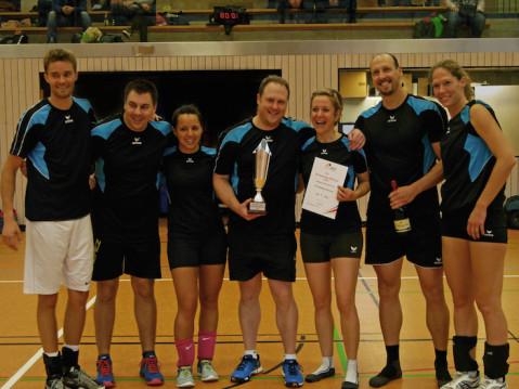 Das Siegerteam des SV Vaihingen mit Pokal. swb-Bild: TVR