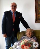 Bürgermeister-Stellvertreter Rudolf Caserotto mit der Jubilarin Eva Kuchelmeister.