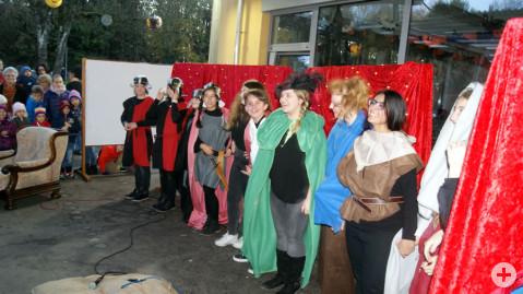 Die Laienspielgruppe der Ten-Brink-Schule bedankt sich bei den zahlreichen Zuschauern am Ende ihres Stückes.