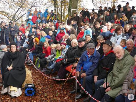 Das Publikum, das das Freilichtspiel des Narrenvereines Burg Rosenegg bei lauen Novembertemperaturen gespannt verfolgt. Bild: Sandra Bossenmaier