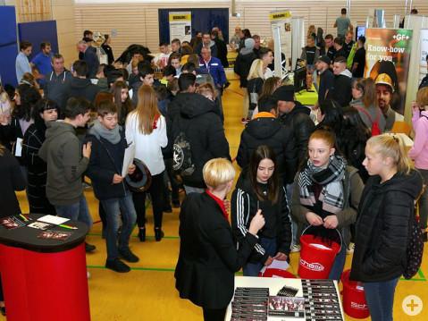 Die Lehrstellenbörse in Rielasingen-Worblingen ist eine wichtige Plattform für junge Leute, um sich über mögliche Ausbildungsberufe zu informieren. Bild: Sandra Bossenmaier