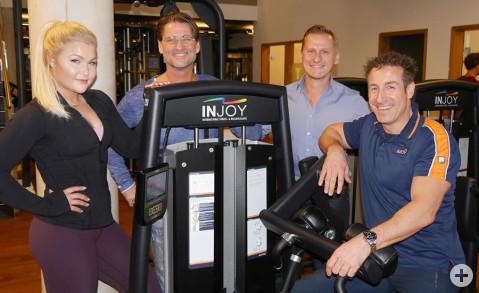 Unser Bild zeigt die populäre Sport-Bloggerin mit den Inhabern der Injoy Clubs in der Region, Thomas Söder, Maximilian Schyra und Christian Ebersbach (von links). Bild: Ingeborg Meier