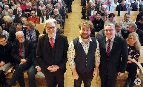Der Träger des diesjährigen Bürgerpreises der Gemeinde Rielasingen-Worblingen ist jünger als seine Vorgänger: Das 19 Jahre alte Musiktalent Markus Störk (Mitte), hier mit Bürgermeister Ralf Baumert (rechts) und seinem Laudator Edgar Auer. Bild: Ingeborg M