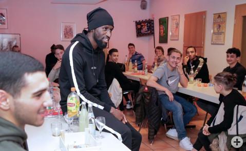 Antonio Rüdiger im Gespräch mit 22 Jugendfußballern, die in Rielasingen ein dreitägiges Trainingslager absolvieren. Bild: Tesche, Sabine