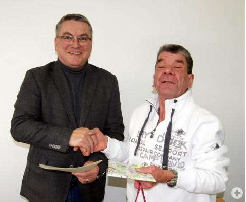 Bürgermeister Ralf Baumert gratuliert Dietmar Beirer zum Dienstjubiläum.