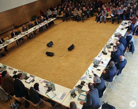Rund 150 Interessierte waren am Mittwoch zur öffentlichen Sitzung des Petitionausschusses zum Thema Dellenhau in die Rielasinger Talwiesenhalle gekommen. swb-Bild: of