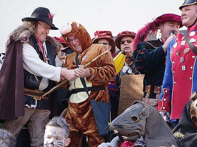 Der Burgvogt musste ganz schön mit dem Bürgermeister kämpfen um an den Rathausschlüssel zu kommen. swb-Bild: of