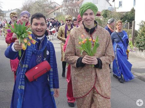 """Schon bei den Rielasinger Narrenspielen sorgten die indischen Blumenverkäufer für Furore, nun versuchten sie ihr Glück beim """"Narriwo""""-Umzug am Sonntag. swb-Bild: of"""
