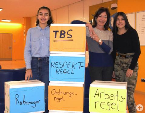 Die neue geschäftsführende Schulleiterin Birgit Steiner mit den Schülerinnen Katia Ciccarello und Marcia Couto im Foyer der Ten-Brink-Schule.