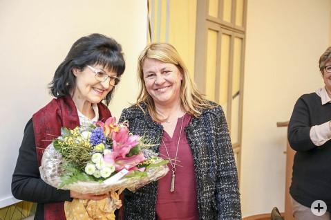 Zum realen Blumenstrauß an Ulrike Brachat von der Fördervereinsvorsitzenden Sabine Weber kamen auch rhetorische Dankesbotschaften an, auch wenn Ulrike Brachat erst zum Jahresende in den Ruhestand wechseln wird. swb-Bild: uj