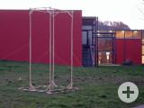 Der geplante Standort der geschenkten Plastik von Martina Lauinger wurde inzwischen durch ein Holzgerüst markiert. swb-Bild: of