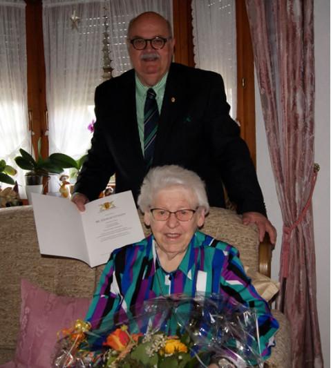 Bürgermeister-Stellvertreter Rudolf Caserotto mit der Jubilarin Ursula Dreßler.
