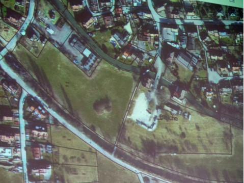 Das bisher unbebaute Grundstück zwischen Aach und Aachkanal in Worblingen soll nach dem Willen der Grundstückseigentümerin einer Wohnbebauung zugeführt werden. swb-Bild: Bauamt Rielasingen-Worblingen.
