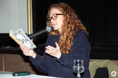 Mit ihrer lebhaften Lesung zieht Alexa Hennig von Lange das Publikum in ihren Bann. Bild: Susanne Gehrmann-Röhm