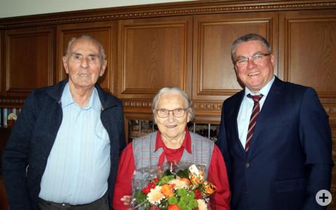 Die Eheleute Lina und Heinz Storz freuen sich über die persönlichen Glückwünsche von Bürgermeister Ralf Baumert.