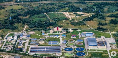 Luftbild einer Abwasser Kläranlage.