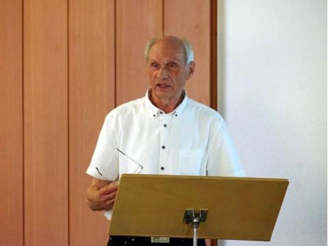 Der Vorsitzende des Ortsseniorenrat Rielasingen-Worblingen, Klaus Fenten, beim Bericht in der Hauptversammlung des Vereins. swb-Bild: of