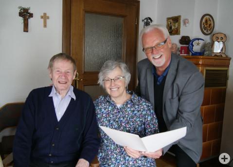 Die Eheleute Pia und Werner Neumeyer freuen sich über die Glückwünsche von Bürgermeister-Stellvertreter Lothar Reckziegel.