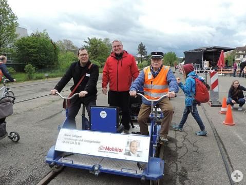 Die Museumsbahnverein-Vorsitzenden Stefan Keller und Werner Wocher mit Bürgermeister Ralf Baumert beim Museumsbahnfest auf dem Schienenvelo. swb-Bild: nim