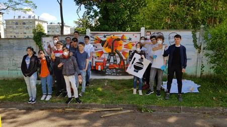 Schüleraustausch mit Nogent-sur-Seine. Beim Besuch in Frankreich entstand ein Kunstwerk, welches die Verbundenheit der Partnergemeinden festhalten soll.
