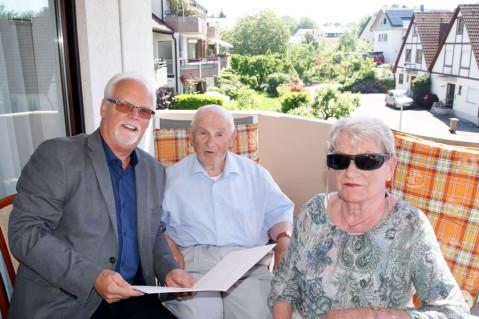 Bürgermeister-Stellvertreter Lothar Reckziegel mit dem Jubilar Gerhard Auer.