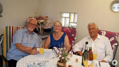 Brigitte und Siegfried Marenski freuen sich über die Glückwünsche von Bürgermeister-Stellvertreter Lothar Reckziegel.