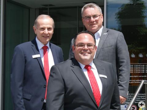 Richard Maisch mit seinem Nachfolger Tiemo Füssler und Bürgermeister Ralf Baumert vor der Sparkassenfiliale Rielasingen. swb-Bild: Regitz