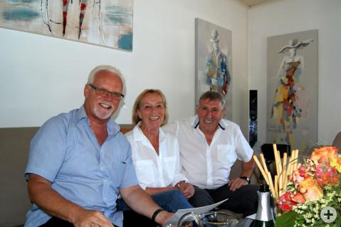 Irmgard und Wolfgang Riegger freuen sich über die Glückwünsche von Bürgermeister-Stellvertreter Lothar Reckziegel (links).