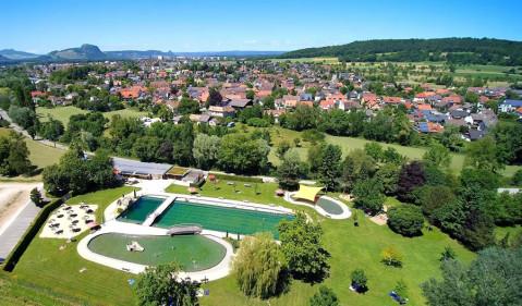 Luftbild vom Naturbad Aachtal mit dem Blick auf Worblingen im Hintergrund.